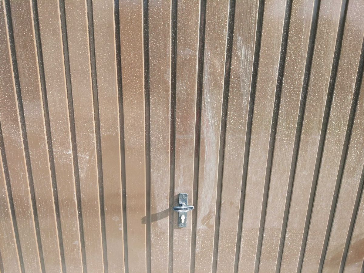 Brudna brama garażowa przed testem mycia ręcznego Moneual RS700 Plus