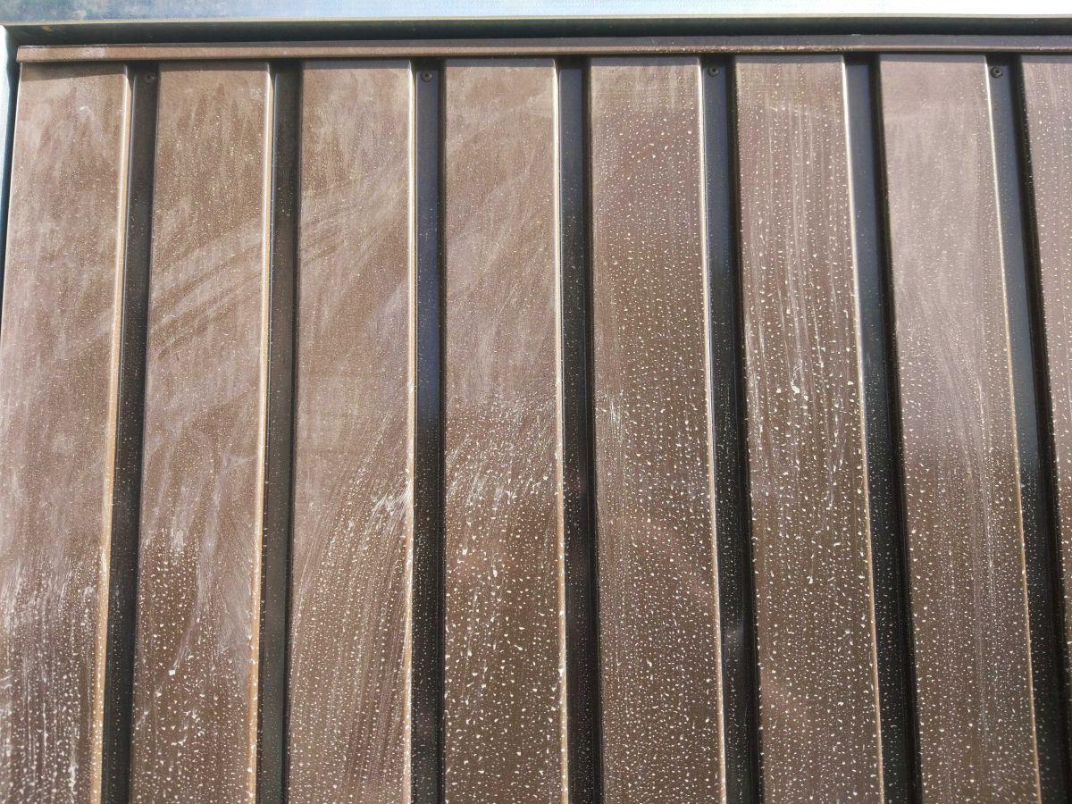 Brudna brama garażowa przed testem mycia ręcznego Moneual RS700 Plus 2