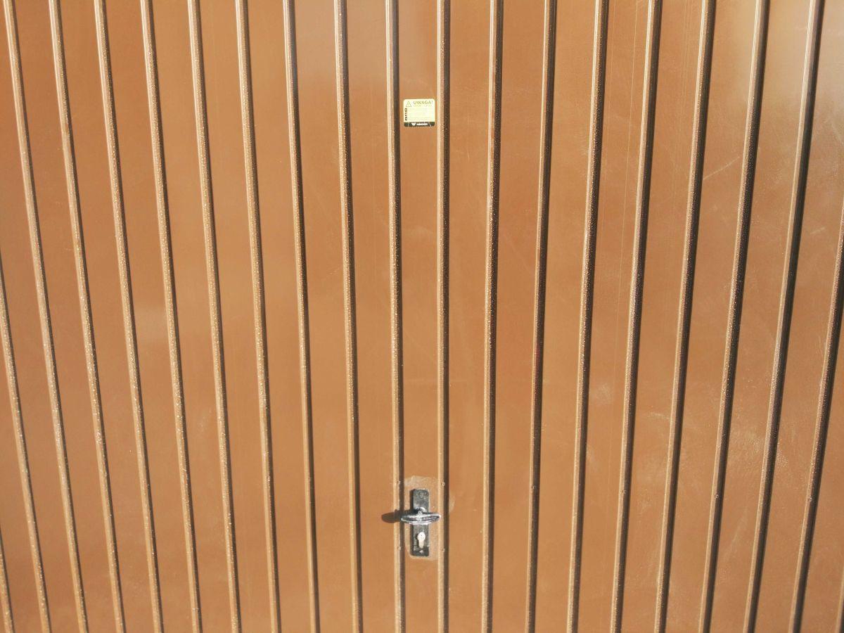 Czysta brama garażowa po teście mycia ręcznego Moneual RS700 Plus
