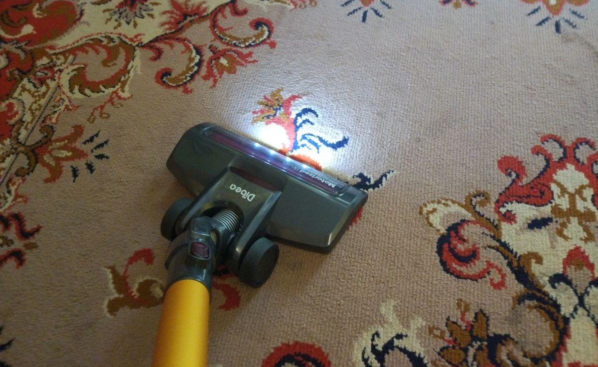 Odkurzacz pionowy Dibea D18 odkurza i rozświetla dywan diodami LED