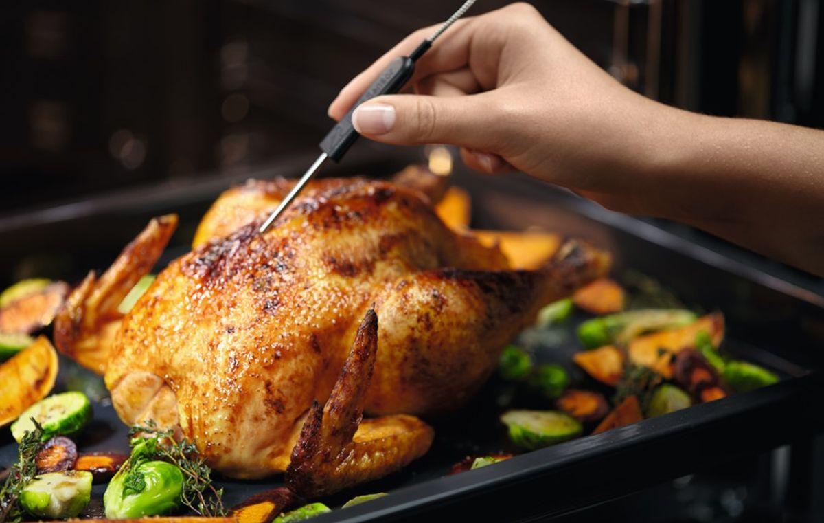Pieczenie soczystego i złocistego kurczaka w piekarniku Electrolux EOE7P31Z SenseCook