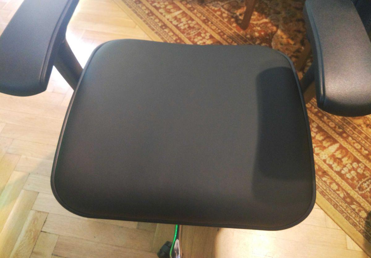 Ergohuman Plus LE01 siedzisko w trakcie montażu