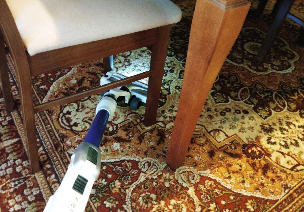 Tefal TY9490 test odkurzania dywanu pod krzesłem