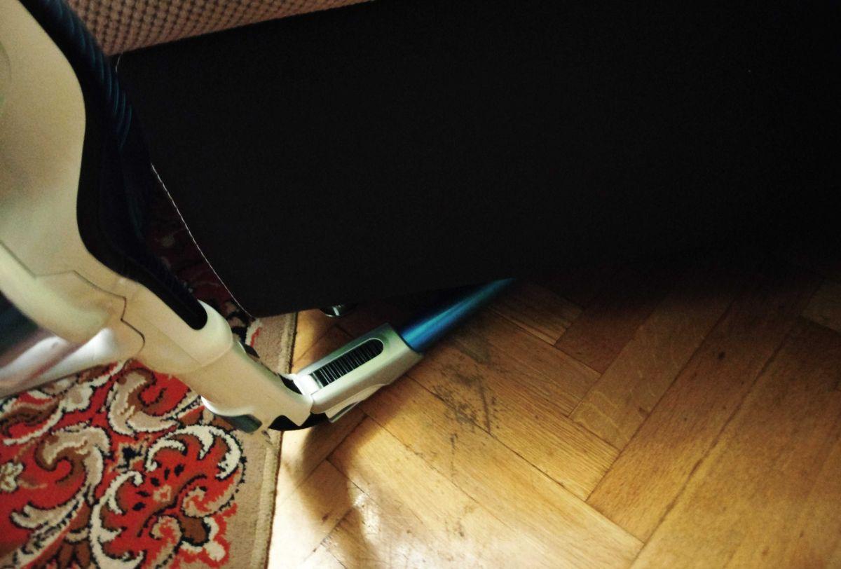 Tefal TY9490 test odkurzania pod łóżkiem