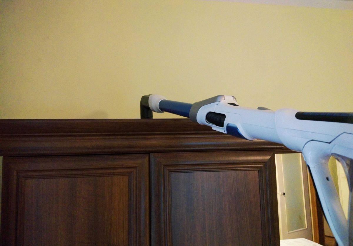 Tefal TY9490 test odkurzania wierzchu szafy łącznikiem z nasadką
