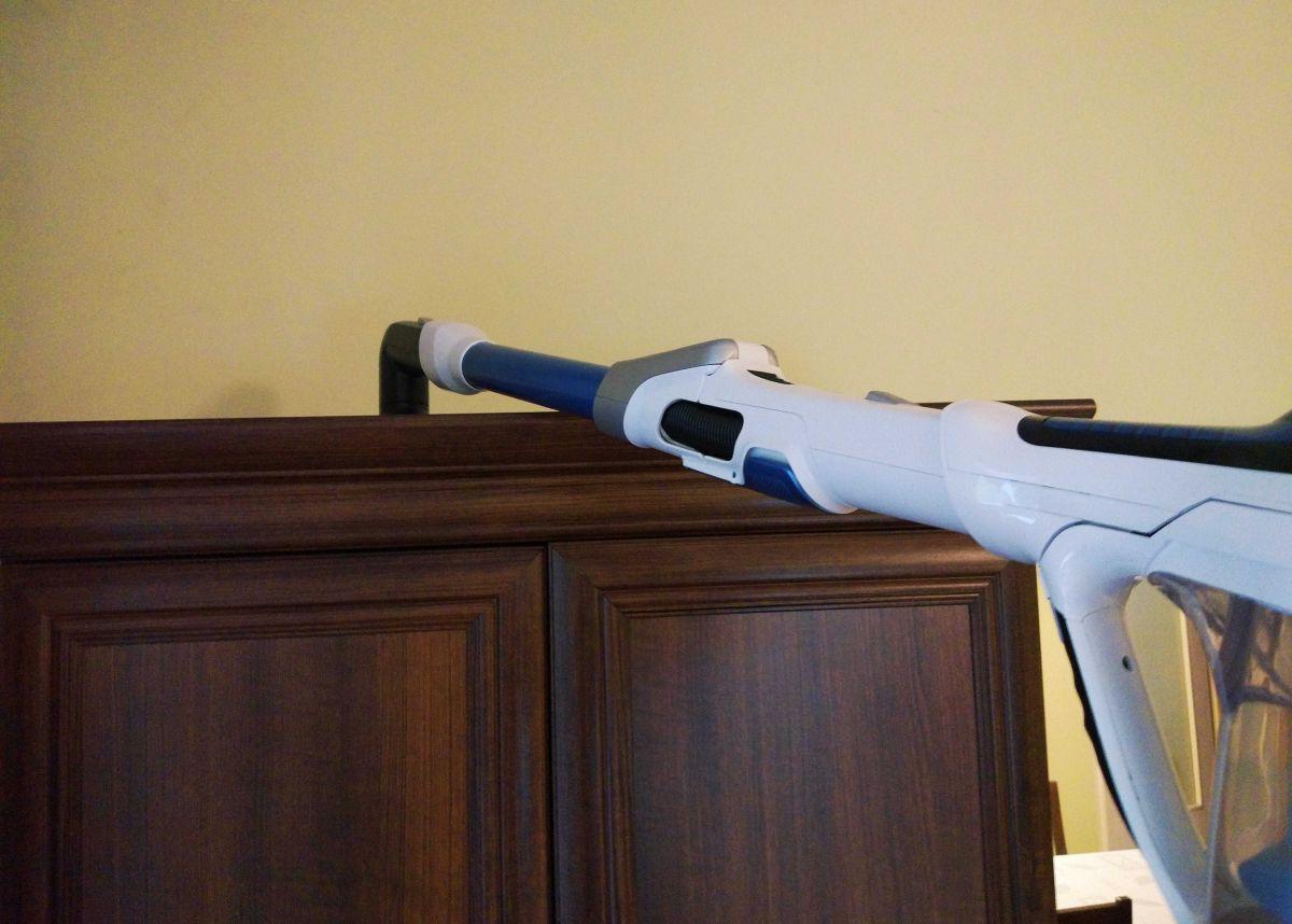 Tefal TY9490 test odkurzania wierzchu szafy łącznikiem z nasadką 2