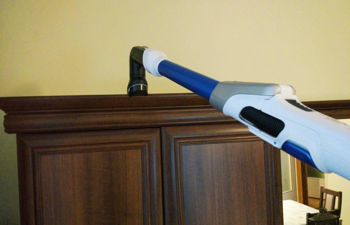 Tefal TY9490 test odkurzania wierzchu szafy łącznikiem z nasadką 3