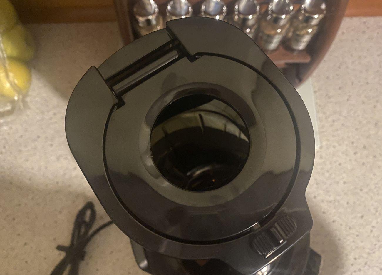 Kuvings 820EVO Plus mniejszy otwór na składniki
