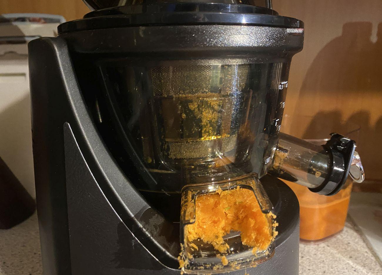 Kuvings EVO820 Plus stan sitka po teście wyciskania soku z marchwi