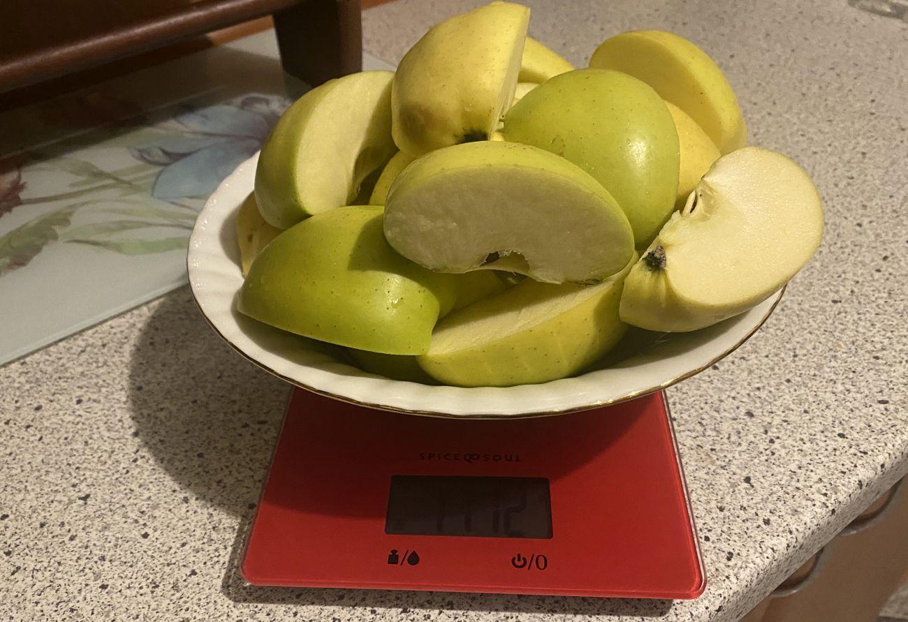 Kuvings EVO820 Plus ważenie zielonych jabłek przed testem wyciskania