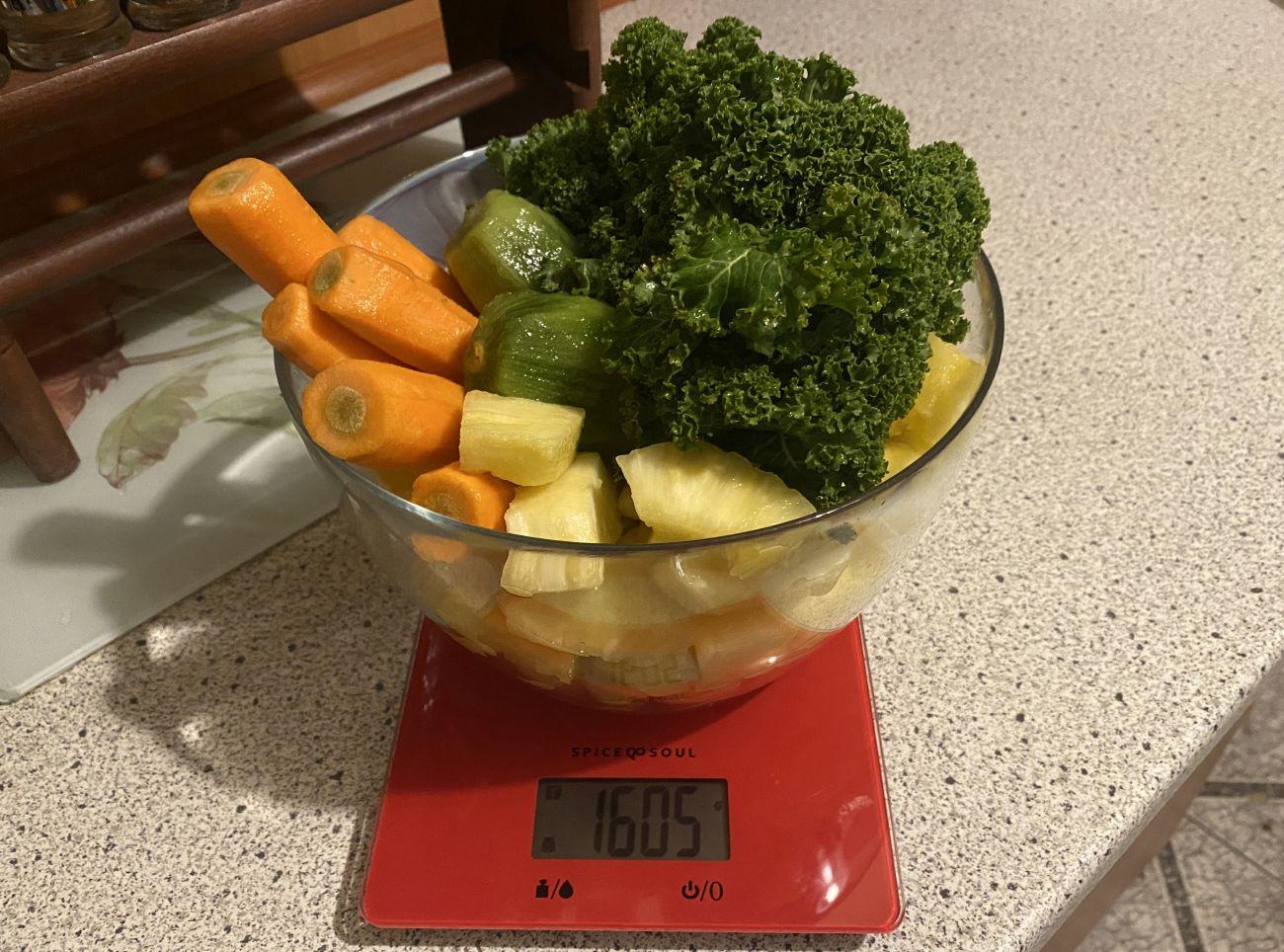 Kuvings EVO820 Plus ważenie składników przed testem wyciskania soku warzywno-owocowego 1