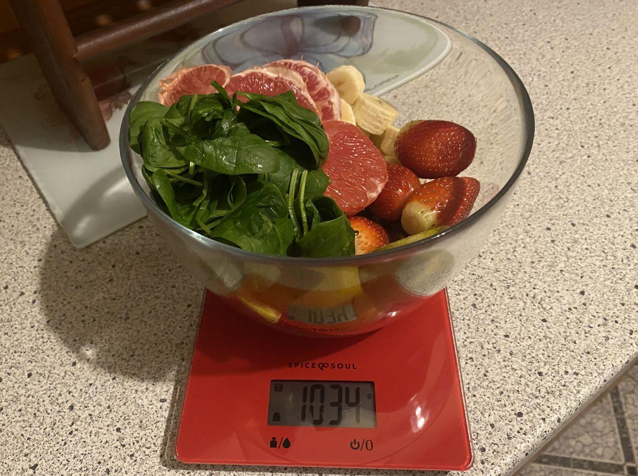 Kuvings EVO820 Plus ważenie składników przed testem wyciskania soku warzywno-owocowego 2
