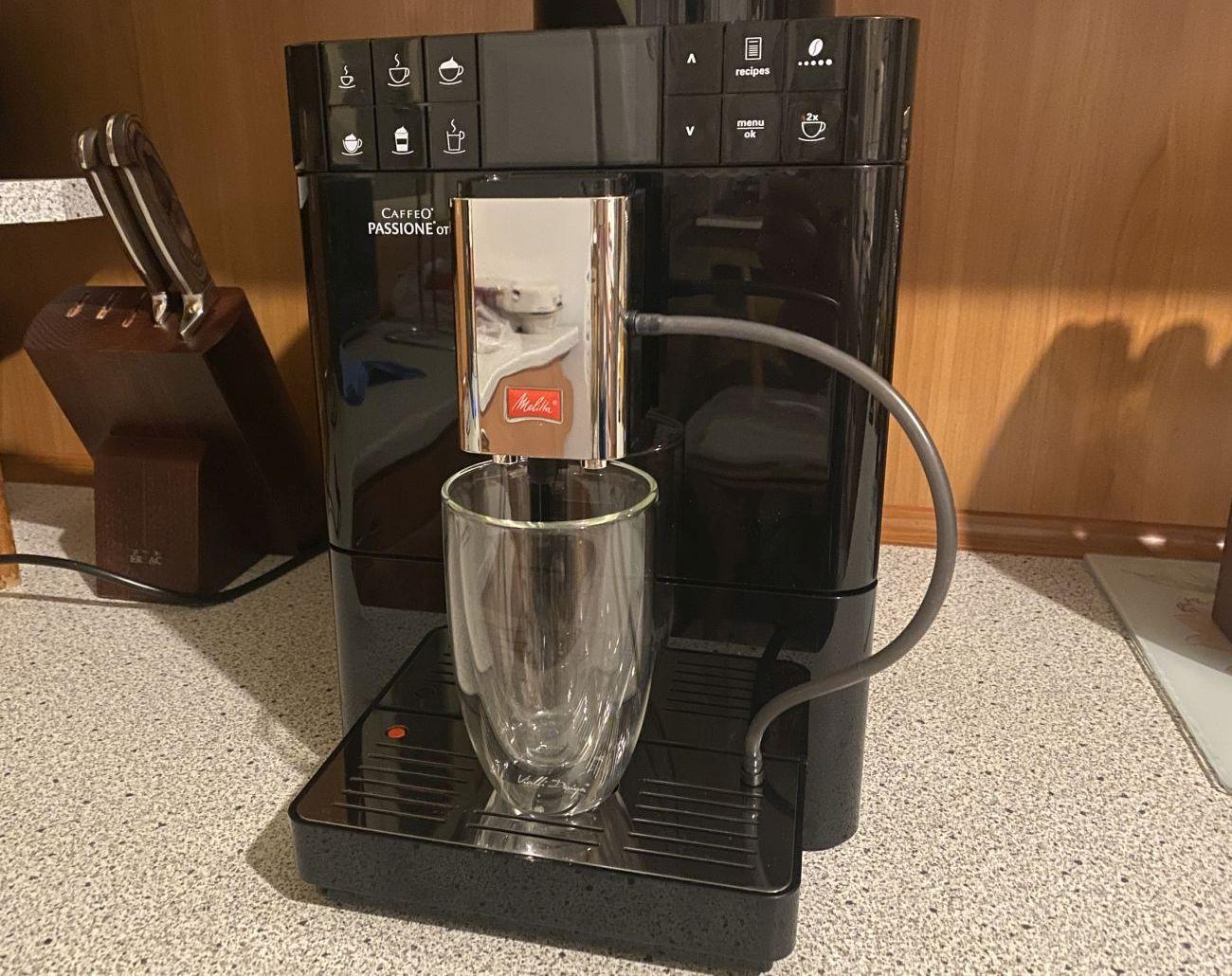 Melitta Passione OT F53/1-102 regulowany dozownik nad wysoką szklanką do latte