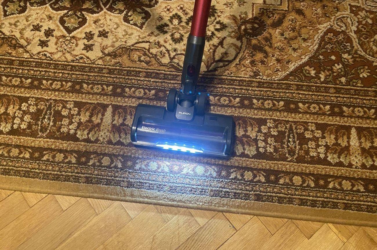 Odkurzacz pionowy PURON PU20 wydajnie odkurza dywan i parkiet