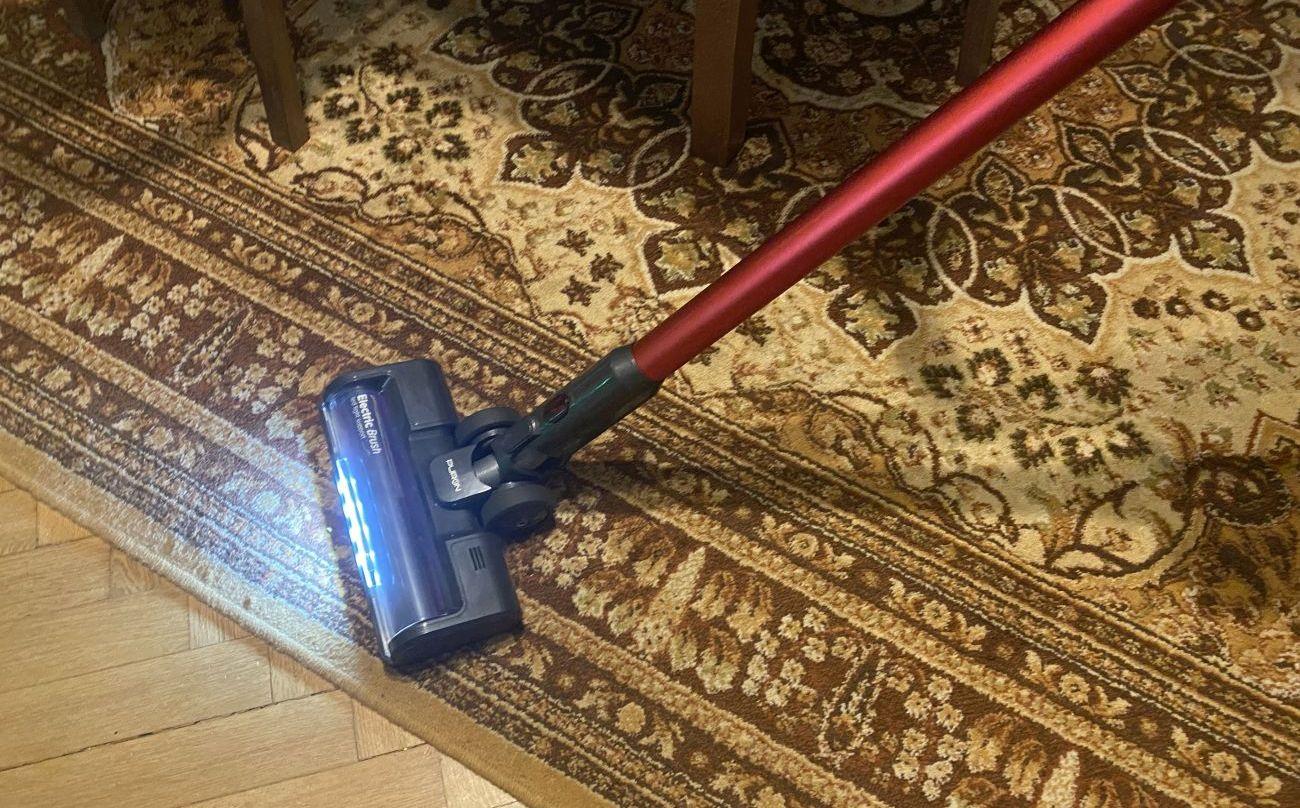 PURON PU20 odkurzanie dywanu w pierwszym pokoju