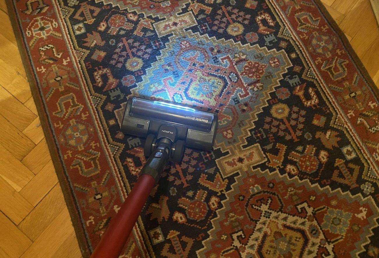 PURON PU20 odkurzanie małego dywanu w przedpokoju