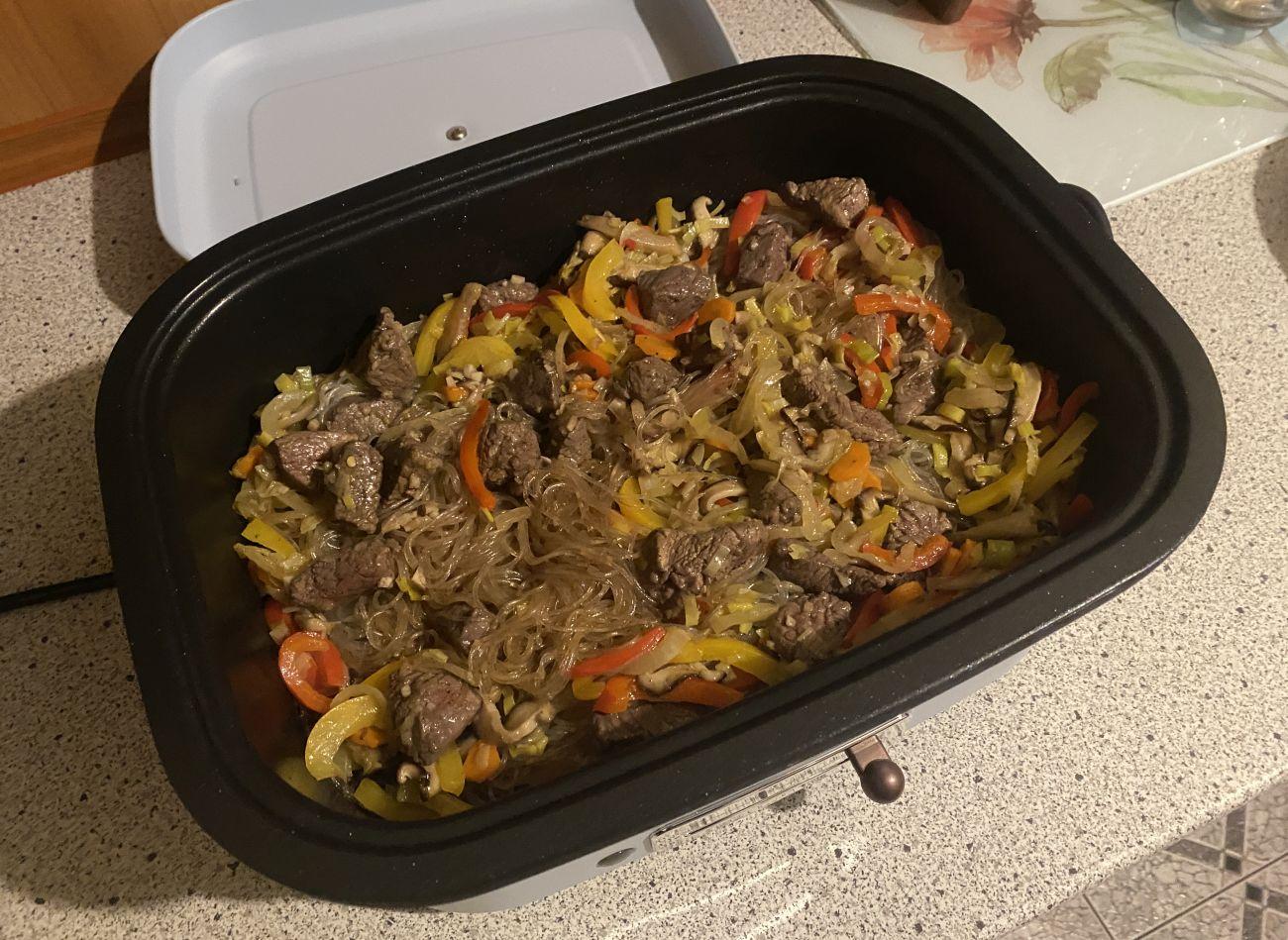 Kuvings MultiGrill podczas testu gotowania makaronu z wołowiną i warzywami