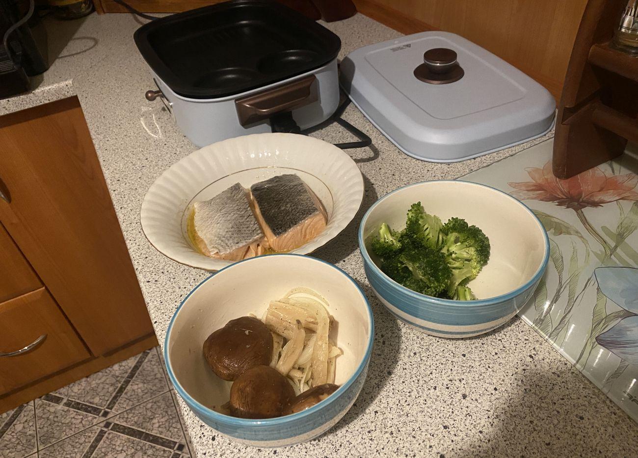 Składniki na stek z łososia przed testem grillowania w Kuvings MultiGrill