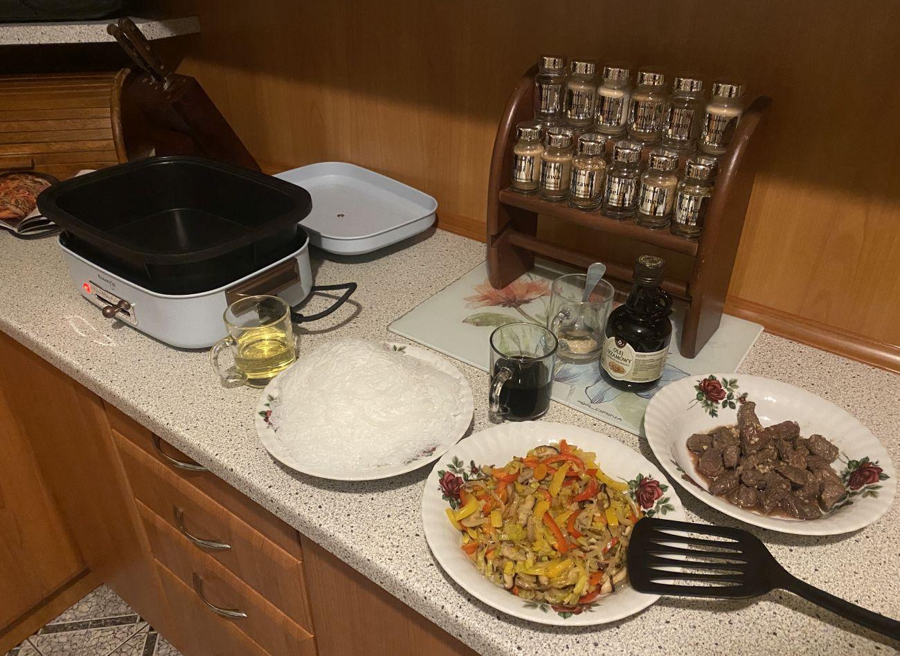Składniki przepisu makaron z wołowiną i warzywami oraz Kuvings MultiGrill