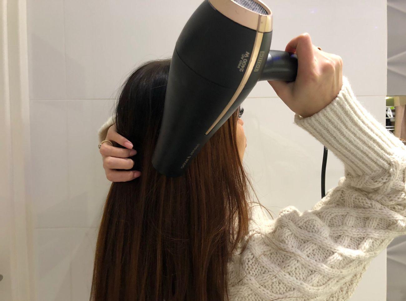 Robienie loków prostownicą - krok 2 - suszenie włosów