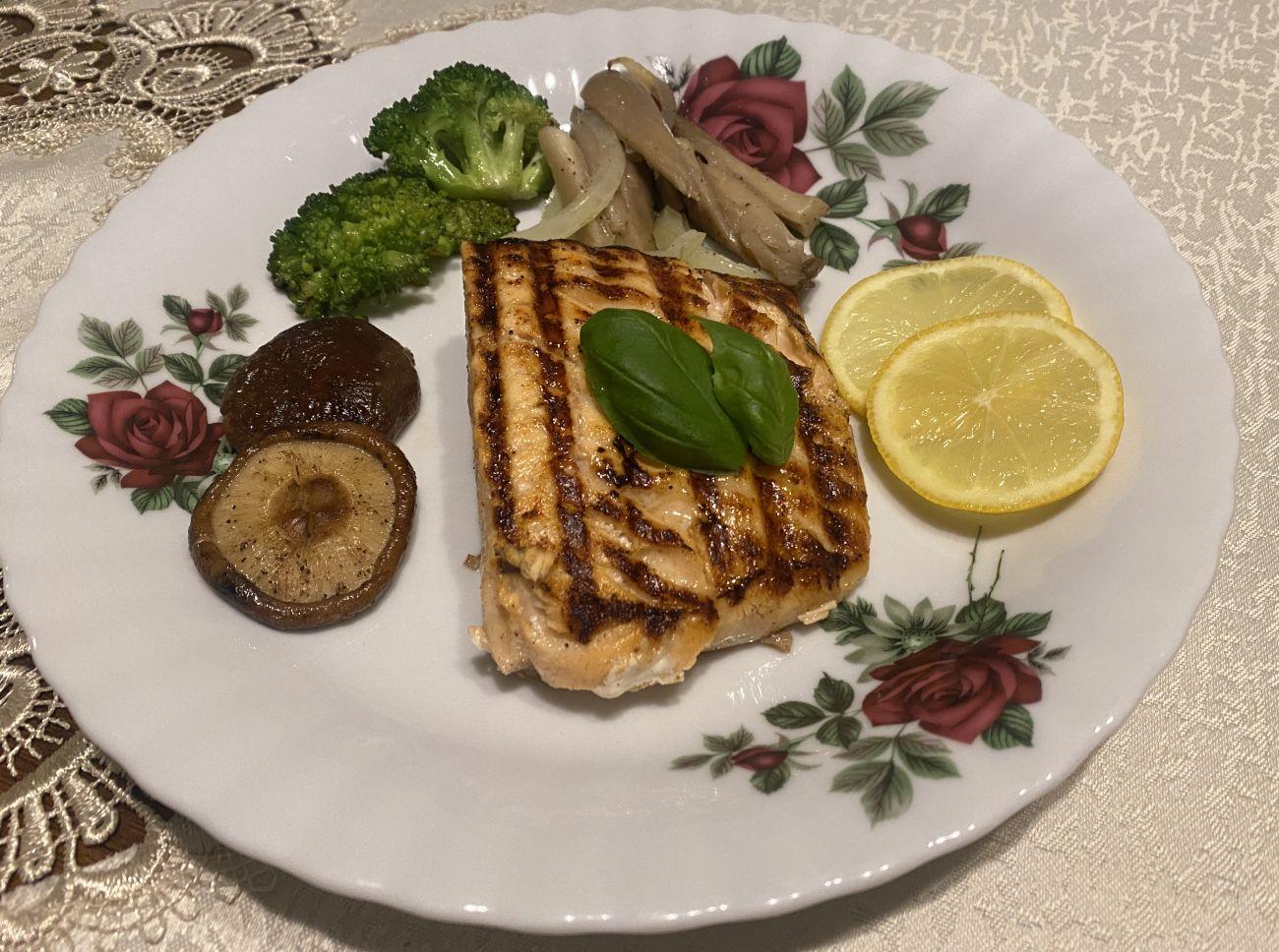 Stek z łososia podany na talerzu