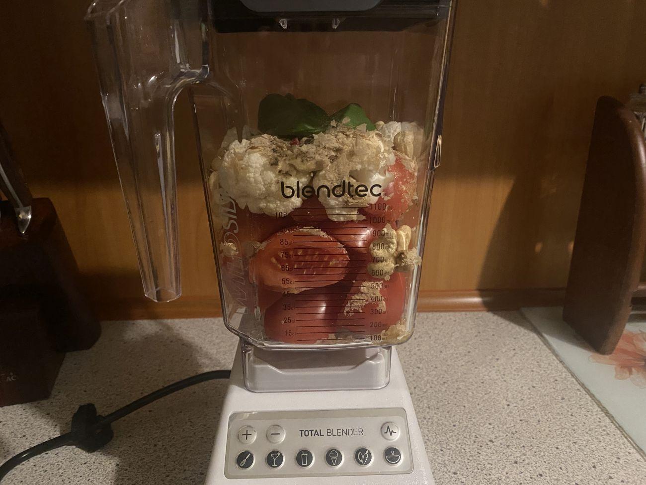 Składniki zupy-krem z pomidorów w kielichu blendera Blendtec Total