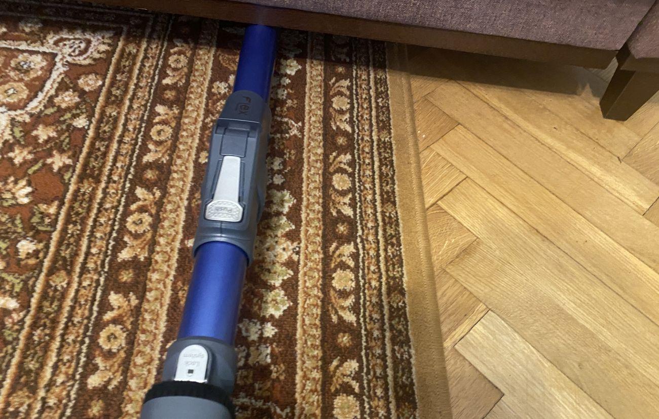 Wjeżdżanie odkurzaczem Tefal X-Force Flex 11.60 Aqua TY9890 pod sofę