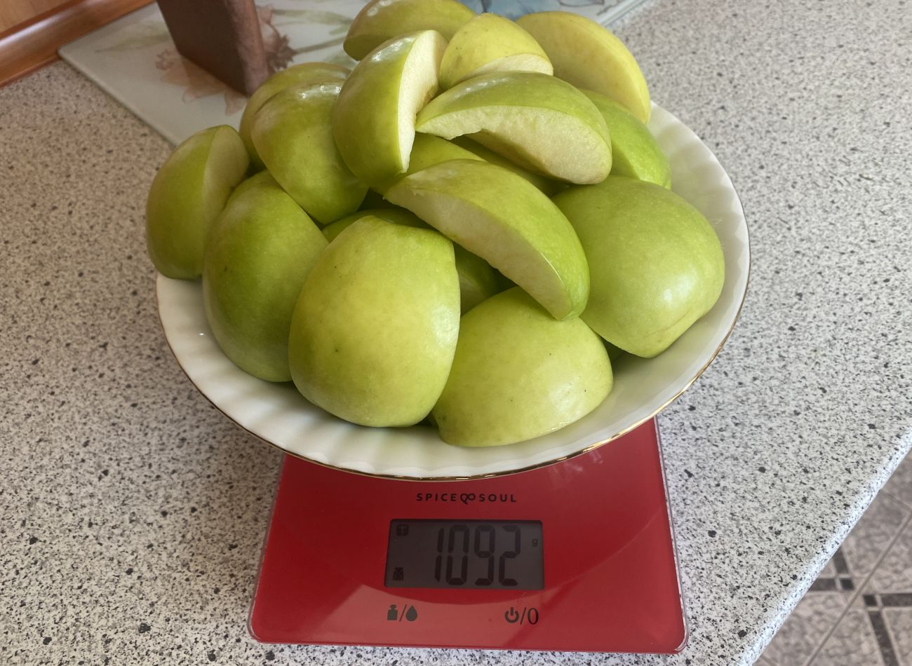 Götze & Jensen SJ901T waga i stan jabłek przed testem wyciskania