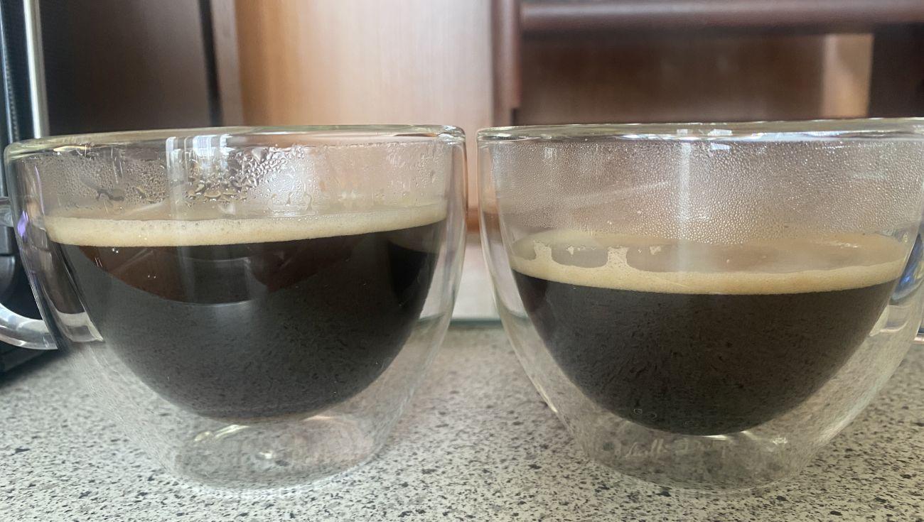 KRUPS Intuition Preference+ EA875U porównanie ilości 2 czarnych dużych kaw