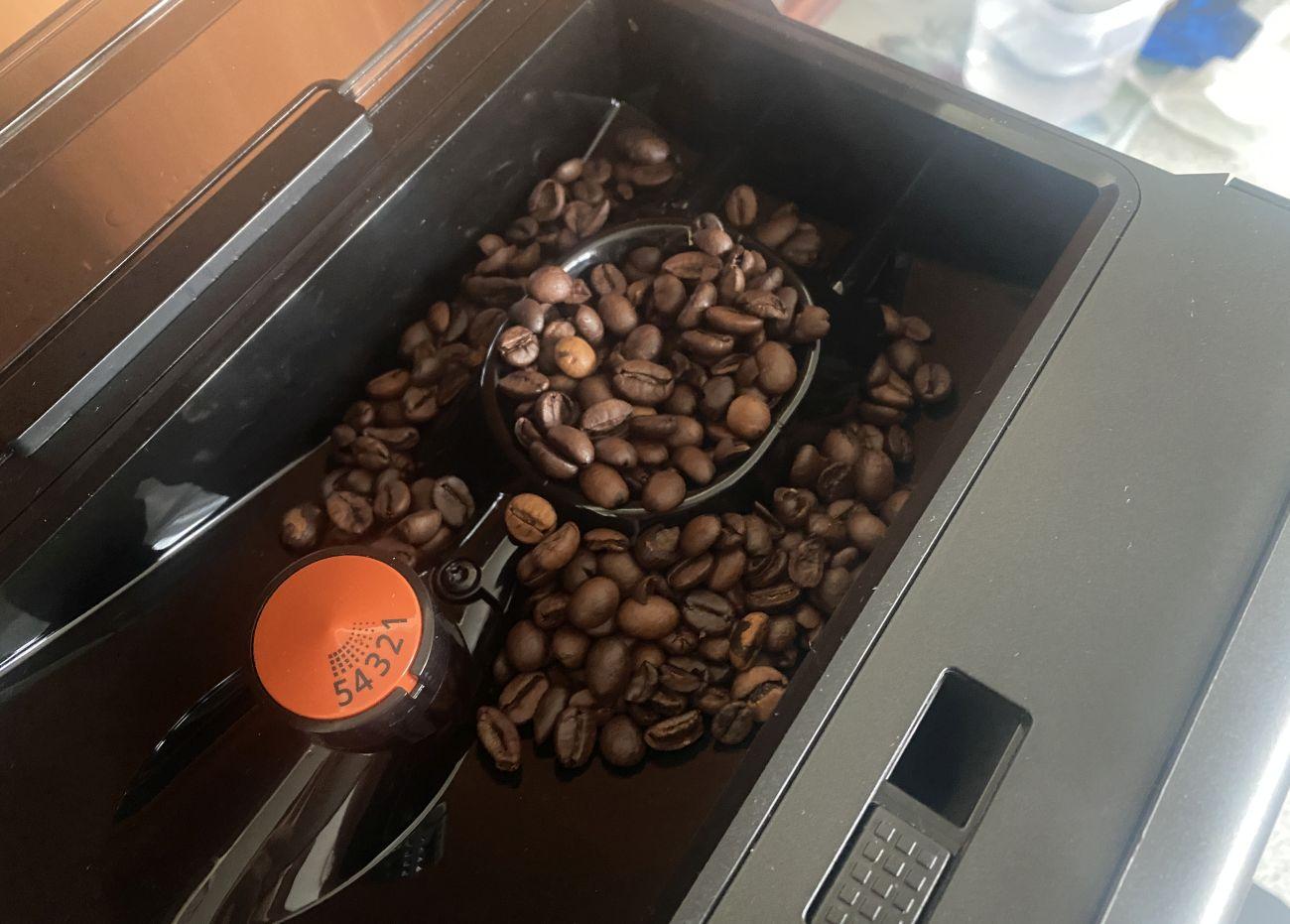 KRUPS Intuition Preference+ EA875U pojemnik na ziarna kawy