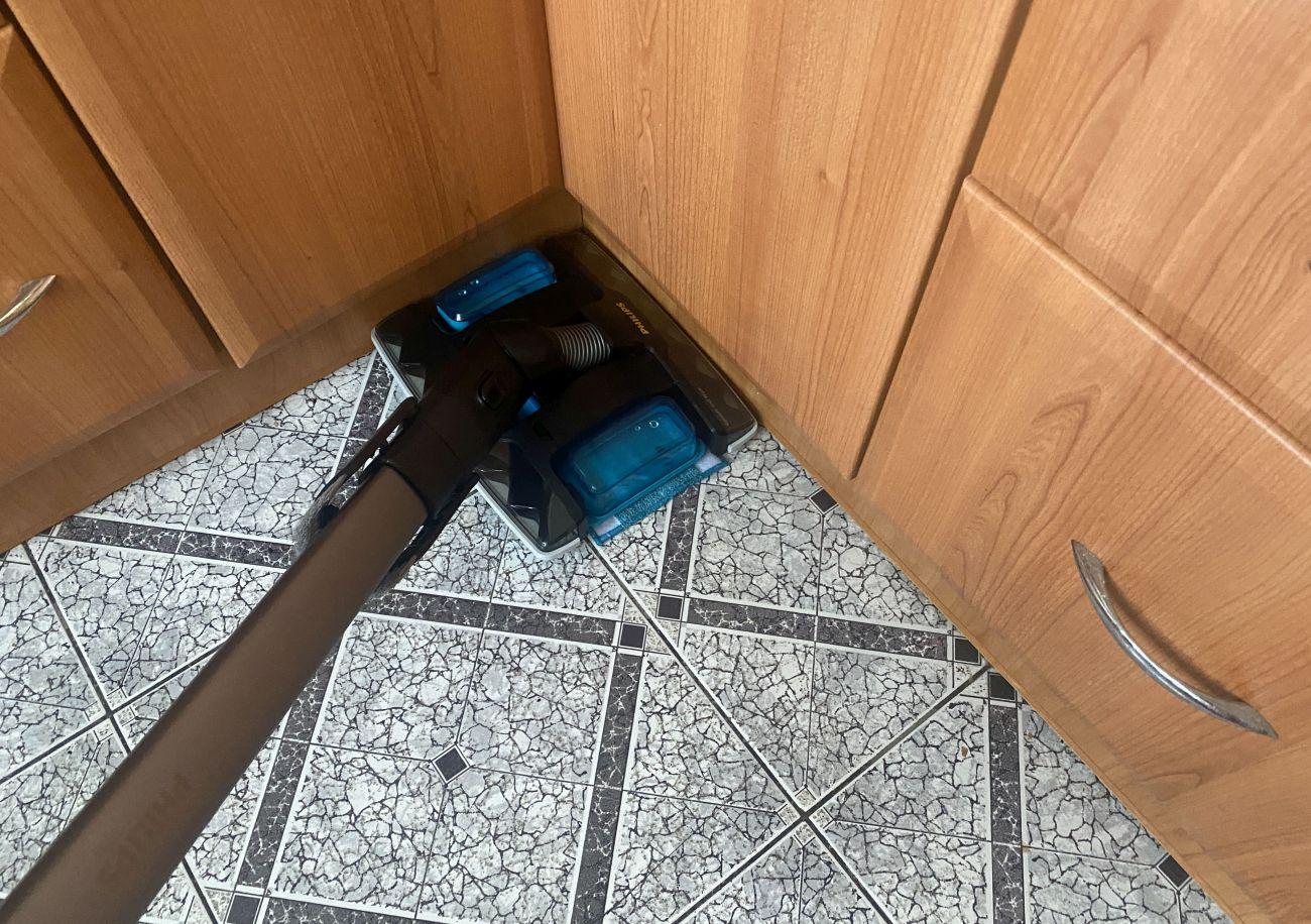 Philips XC8349/01 podczas testu mopowania płytek w kuchni